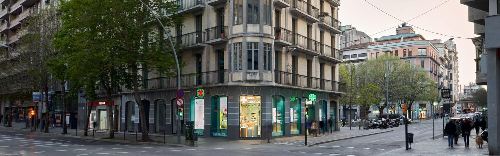 """<p><strong><span style=""""color:#FFFFFF;""""><span style=""""font-size:24px;"""">Farmàcia RIERA CARDELÚS, al centre de Girona.</span></span></strong></p>  <p><span style=""""color:#FFFFFF;""""><strong><span style=""""font-size:24px;"""">cantonada Gran Via"""
